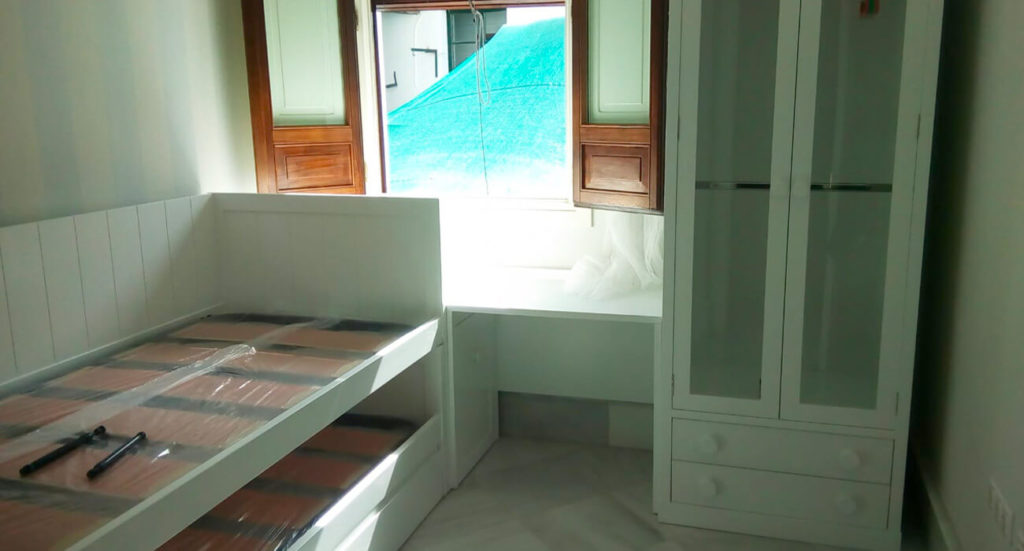 Muebles artesanales con encanto para decorar habitaciones pequeñas